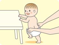 Убедитесь, что правильно определили переднюю и заднюю стороны подгузника и, поддерживая ребенка в положении стоя так, как будто надеваете обычные трусики. Обеими руками широко растяните обе стороны подгузника и проденьте через него ножки.