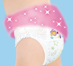 Нежный материал, подобный ткани, мягко облигает тело ребенка